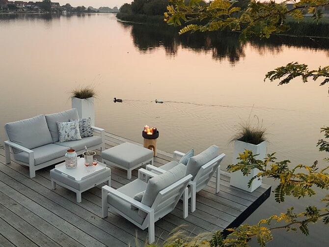 Strakke loungeset aan het water